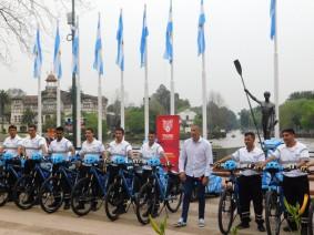 Tigre, au bord du rio Parana, fête des policiers muiciapux qui reçoivent leurs nouveaux vélos !