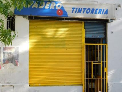 """Buenos Aires, la """"laverie"""" où nous avons donné notre linge à laver et à sécher. La grille ne s'ouvre pas et on passe son sac par le petit guichet..."""