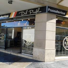 """Buenos Aires, """"notre"""" boulangerie - pâtisserie. Ici pain et viennoiseries sont vendues au poids. Et on se sert soi-même sur les plateaux !"""