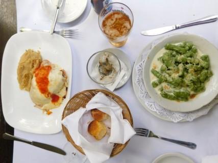 Buenos Aires, déjeuner à Palermo Viejo. Au menu : gnocchis aux épinards et milanaise à l'écrasée de patate douce...