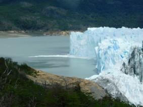 """Perito Moreno, vue le lac à gauche, son niveau d'eau est inférieur de quelques mètres au lac situé à gauche (au premier plan, on voit le """"bouchon"""" qui """"ferme"""" les deux parties du lac"""