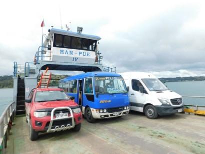 Ferry pour l'ile de Quinchao, notre bus est le véhicule bleu...