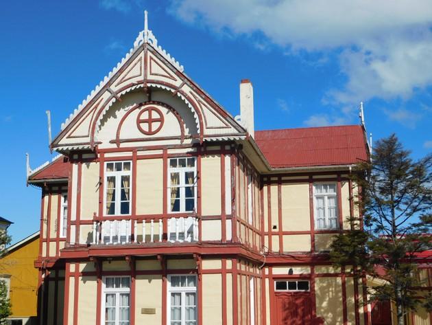 """Puerto Natales, maison ancienne au style normand, là encore on peut signaler qu'il s'agit d'un des rares bâtiments à la fois en """"dur"""" et ancien"""