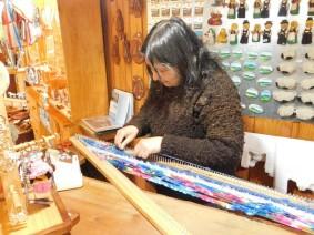 Frutillar, boutique d'artisanat, America tisse un foulard traditionnel