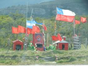 Excursion au Parc Torres del Paine, comme en Argentine, on voit des autels en bord de route dédiés aux vicitmes d'accidents