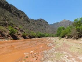 Route 68, Salta / Cafayate, encore le rio rouge de latérite