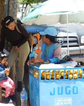 Tupiza, centre-ville, vendeuse de jus d'orange frais
