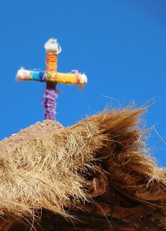 Village de Machuca, croix présente sur le toit de toutes les maisons (et pas seulement de l'église)