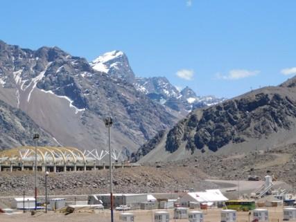 Route Mendoza / Santiago via la Cordillère des Andes - Depuis le poste frontière, on aperçoit les premiers télésièges sur l'éperon rocheux de droite. Portillo se situe juste derrière !