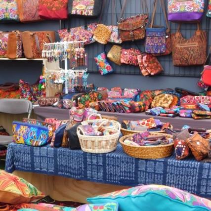 Santiago, feria artisanale Plaza Bustamente (occasionnelle durant une dizaine de jours)