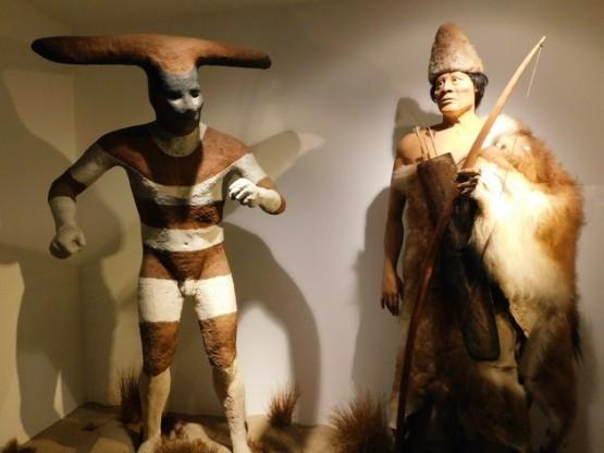 Santiago, Parque Quinta Normal, Musée d'Histoire Naturelle, tenue rituelle d'un peuple du sud Chili