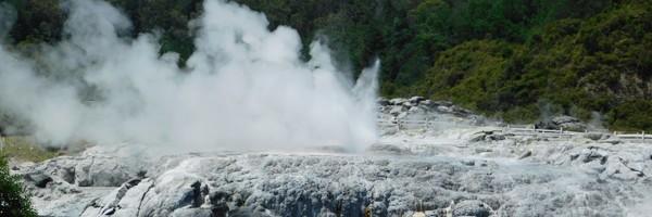 Première superbe journée à Rotorua avec  les geysers de Te Puia, le Buried Village et une soirée maorie àMitai