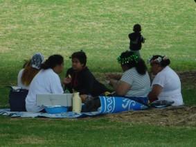 Balade de Takapuna à Milford Beach - Les familles maories - ou aussi originaires des iles du Pacifique - aiment se retrouver dans les parcs qui longent les plages