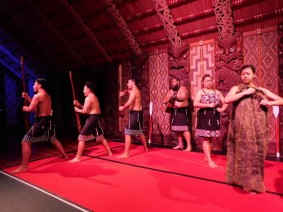 Waitangi Treaty Grounds, the Carved Meeting House, spectacle de danses et chants maoris