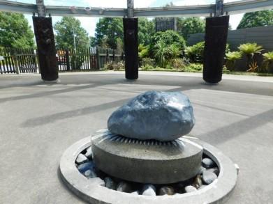 Rotorua - Parc Te Puia - Village maori - Pierre sacrée