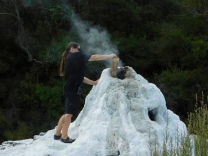 Parc géothermal Wai-O-Tapu - Geyser Lady Knox - On verse du savon pour l'activer en quelques minutes...