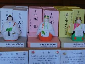 """Tokyo - Harajaku - Temple Meiji-jingu - Statuettes """"souvenirs"""" en vente à la boutique du temple"""