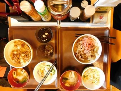 Tokyo - Petit resto de quartier vers Roppongi : nos deux plateaux repas pour 7.50€ !!!