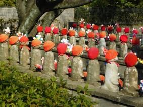 Tokyo - Temple Zojo-ji - Statuettes dédiées à la protection des enfants