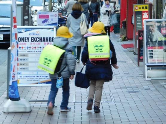 Tokyo - Quartier Roppongi, dortie d'école : ici tous les enfants portent un chapeau (différent selon l'école) et leur cartable présente une forme rectangulaire bien particulière !