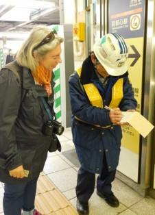Tokyo - Shibuya - Rencontre avec un employé de la gare qui passe ses journées à renseigner très aimablement les gens !