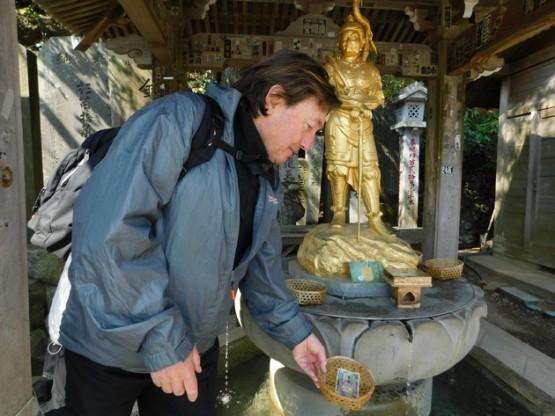 """Excursion au Mont Takao - Gérard s'essaie au rite du """"trempage"""" de billet de banque !"""