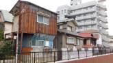 Tokyo - Urayasu - Maison ancienne cotoyant des bâtiments plus modernes