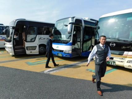 Bus Tokyo / Nagoya - Au premier plan, notre chauffeur, très chic !