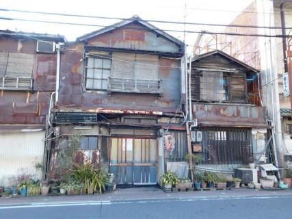 Nagoya - Première balade dans le quartier de notre guesthouse - Il y a encore beaucoup de maisons anciennes, et pas forcément en bon état !
