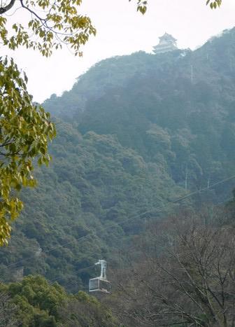 Gifu - Vue sur le téléphérique et, tout en haut, le chateau