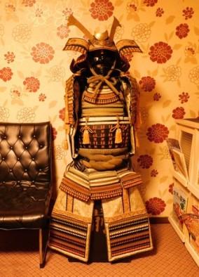 Ce costume de samouraï provient de notre guesthouse où il est installé dans le salon / fumoir !