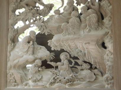Koyasan - Sculptures en bois à l'entrée de certains temples, racontant la vie de Kukai