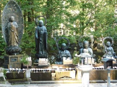 Koyasan - Oku-no-in - Petit temple en contrebas du Mausolée de Kukaï - Les fidèles arrosent les Bouddhas en offrande aux morts