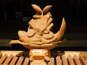 """Osaka - Temple Sumiyoshi-Taisha - Tanekashi-sha - Sculpture en bois symbolisant à la fois le voyage en mer et l'argent, installée sur le """"tronc"""" qui reçoit les offrandes monétaires des fidèles"""