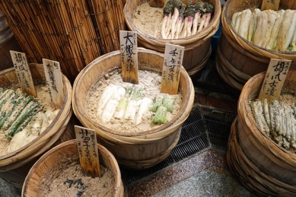 Kyoto - Marché couvert de Nishiki - Légumes plongés dans une sorte de saumure...