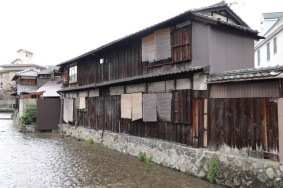 Kyoto - Quartier non loin du temple Heian - Maison traditionnelle au bord du vieux canal