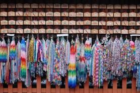Sanctuaire Fushimi Inari Taisha - Temple situé en bas de la montagne - Plaquettes votives et guirlandes en origami