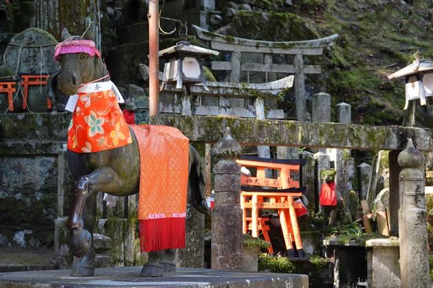 Sanctuaire Fushimi Inari Taisha - Ici le cheval remplace le renard sans que l'on ne sache trop pourquoi...
