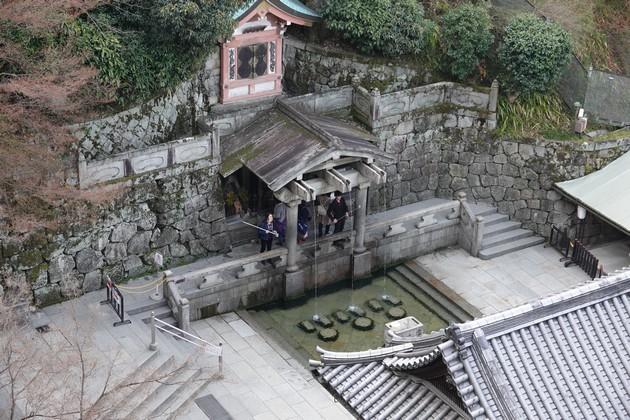 Kyoto - Temple Kiyomizu-dera - Cascade dont on boit l'eau sacrée, censée apporter longévité et bonne santé