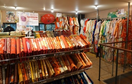 Kyoto - Gion, rue couverte - Magasin de kimonos