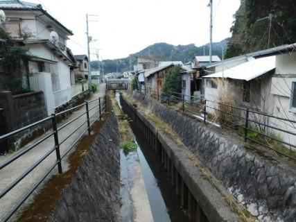 Shingu - Le long de la rivière qui passe sous le anctuaire Kamikura-jinja