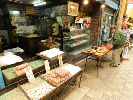 Osaka - Quartier de Kita - Rue couverte, vendeur d'oeufs