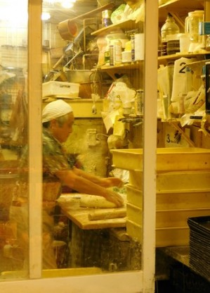 Osaka - Quartier de Kita - Rue couverte, boulangerie - Ici, on pétrit encore la pâte à la main !