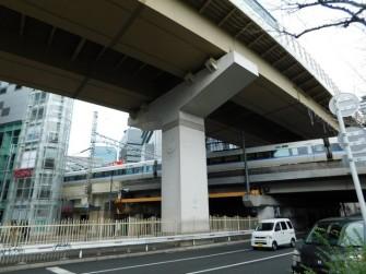 Osaka - Quartier de Kita - Uemda, autoroute surplombant l'avenue...