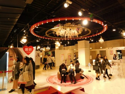 Osaka - Quartier de Kita - Uemda - Centre commercial HEP FIVE - Espace réservée aux filles où elles peuvent se maquiller, se déguiser et se prendre en photo...
