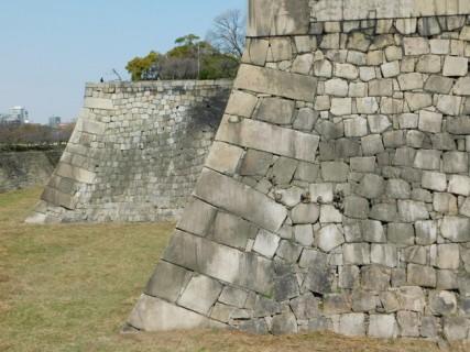 Château d'Osaka - Enormes bases de la forterresse faites de grosses pierres taillées