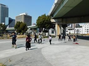 Osaka - Le long de la rivière O, sur l'ile Nakanoshima - Danse avec claquettes de main...