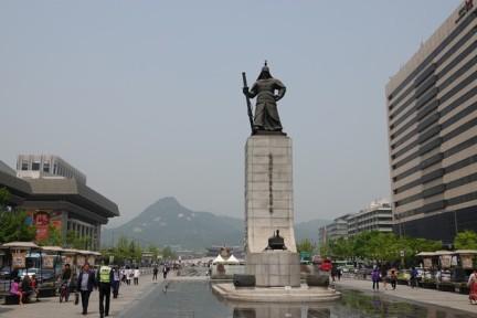 Séoul - Avenue Sejong-daero - Au premier plan, statue de l'amiral Yi Sun-sin