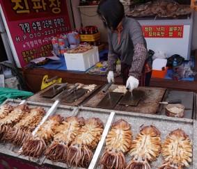 "Busan - A la sortie du temple Haedong Yonggung - ""Aplatis"" de calamars grillés"