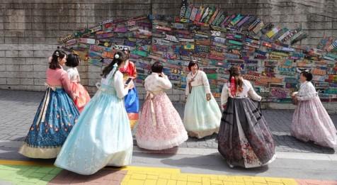 Busan - Gamcheon Culture Village - Jeunes filles en costume traditionnel